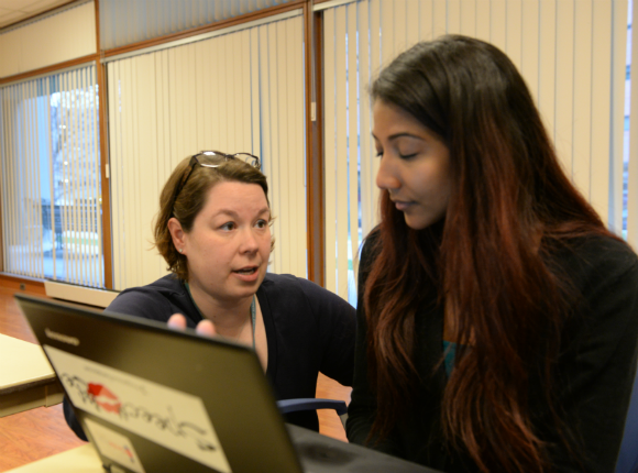 Photo of Assistant Professor Rebecca Santos Inzana working with student